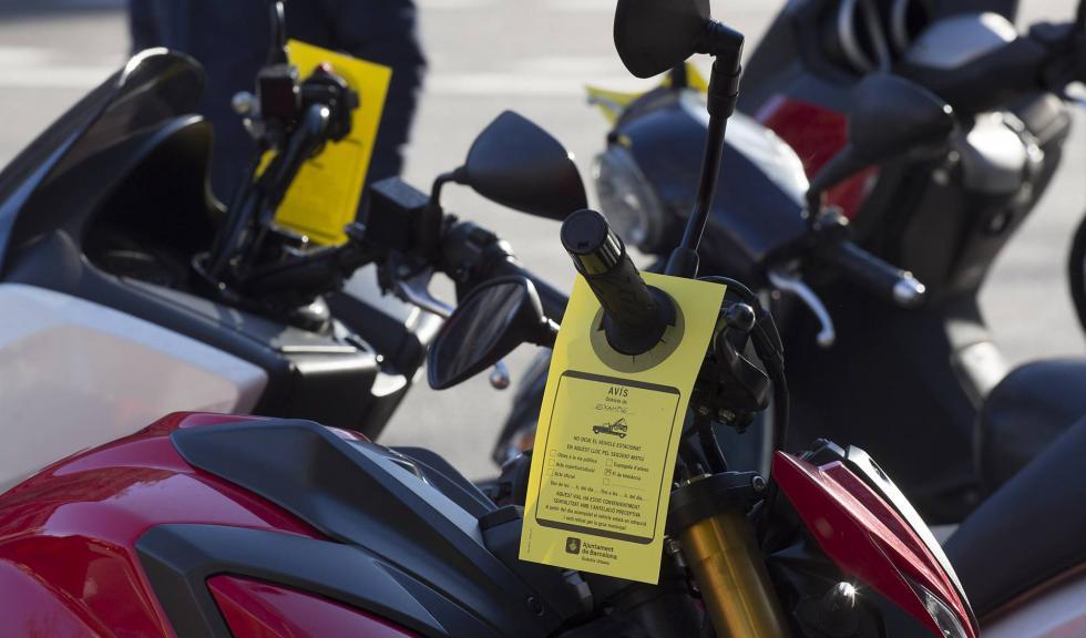 Barcelonában eldaruzzák a szabálytalanul parkoló motorokat