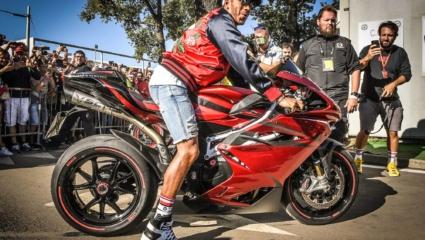 A motorozás művészet – Lewis Hamilton