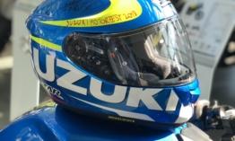 Átadták Laczkó Máté aláírásával a Suzuki bukósisakot