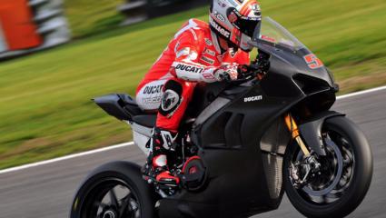 Pályára lépett a Ducati V4R