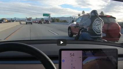 Látja a Tesla robotpilótája a sávok között érkező motorost?