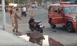 Indiában megrongálják a rendőrök a motort, ha rossz helyen parkolnak vele