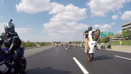 Egy tanulságos videó, hogy miért ne egykerekezzünk tömegben.