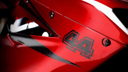Lewis Hamilton egy MV Agusta nyergében gurult át a monacói paddokkon
