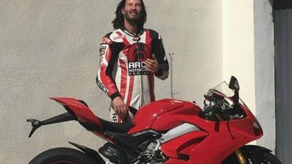 Keanu Reeves kipróbált egy Ducati Panigale V4s modellt