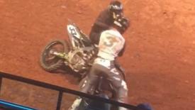 Összeverekedett két motokrossz versenyző a pályán