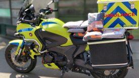 Esőruhákkal segítik a mentőmotorosokat