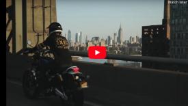 New York utcái egy Triumph Scrambler nyergében
