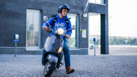 Rendszámot kaphatnak a robogós és kerékpáros futárok Budapesten